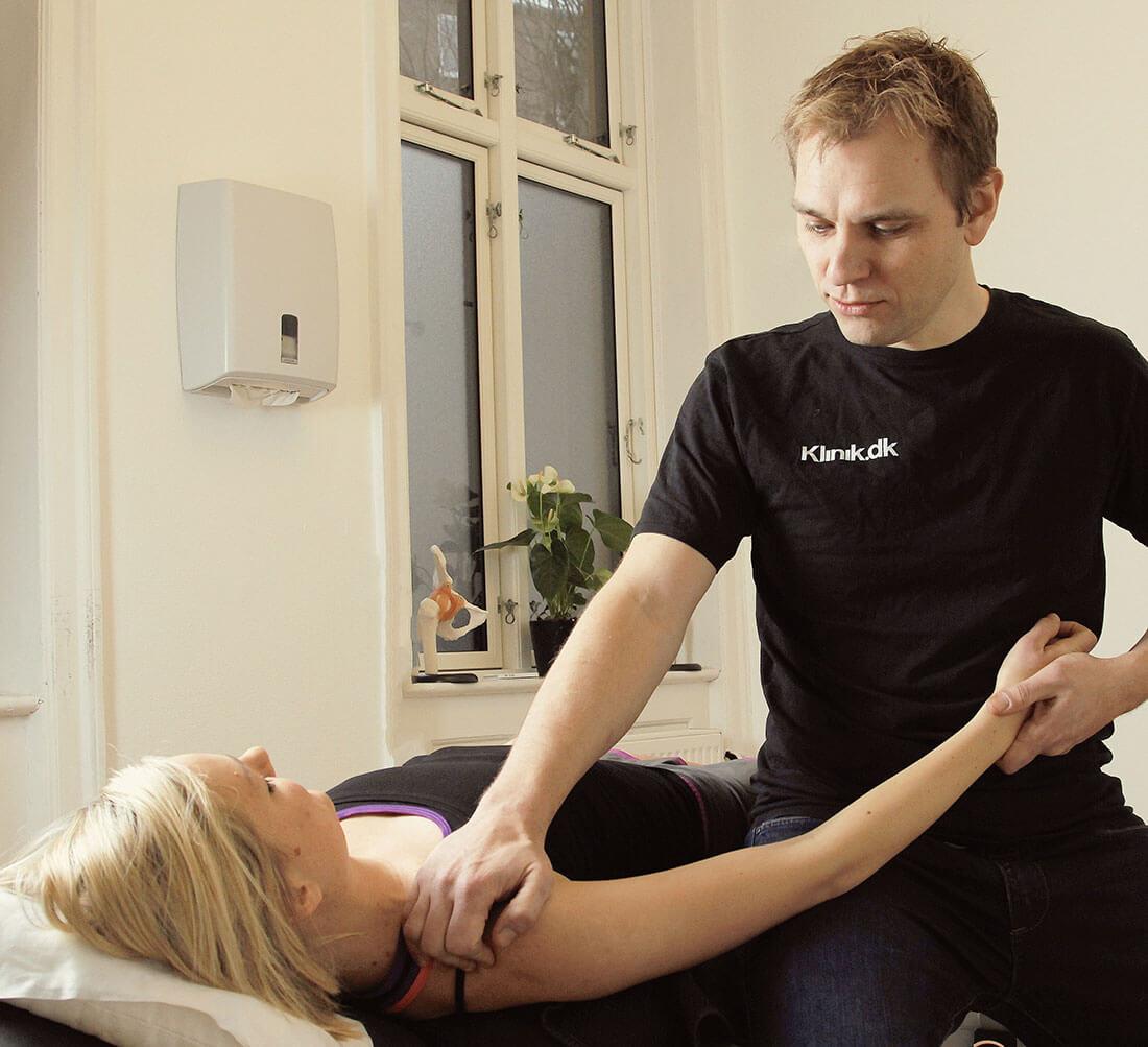 behandlersituation2-osteopati-en-osteopat-kigger-paa-hele-kroppen