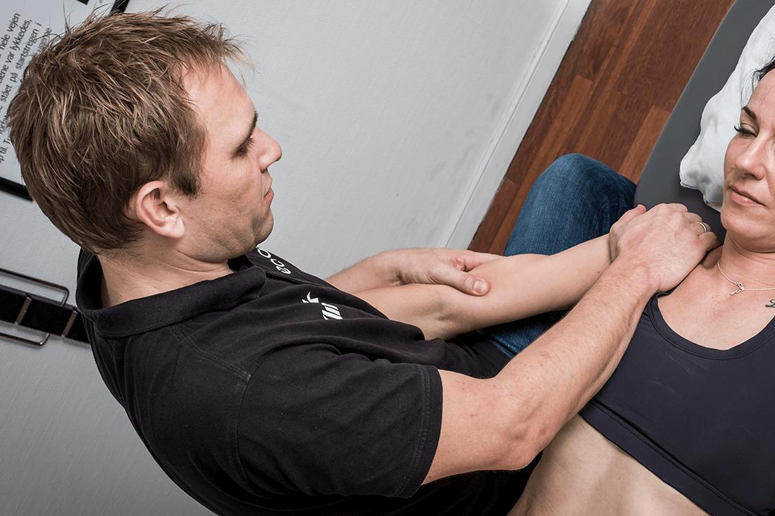 Tennisalbue behandling og øvelser