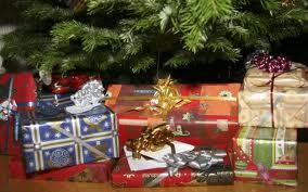 julegaver under træet